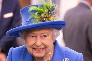 В синем наряде с зелеными перьями: новый выход Елизаветы II
