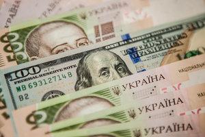 Гривня окрепла к доллару и евро