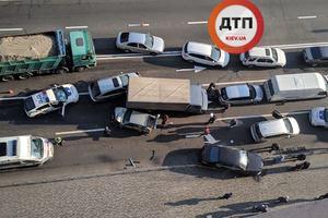 На Подоле массовая ДТП: столкнулись пять автомобилей