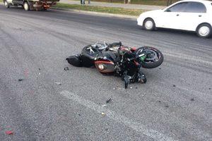 В центре Запорожья мотоциклист врезался в легковушку