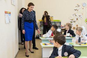 В блузке с эффектным вырезом: новый деловой образ Марины Порошенко