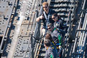 Принц Гарри устроил обнимашки с альпинисткой на мосту в Сиднее