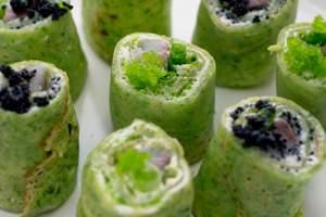 Шпинатные блины с сельдью: рецепт холодной закуски от Даши Малаховой