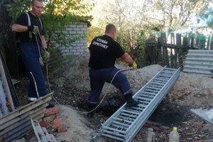 Под Харьковом спасатели вызволили пенсионерку из трехметровой ямы