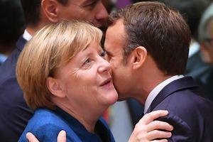 Истина в бокале: Макрона и Меркель обнаружили в баре за пивом