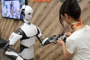 """Роботы-друзья и """"умные"""" предметы: украинские студенты в Японии увидели, как общество уходит в """"цифру"""""""