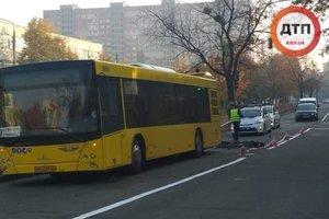На Воскресенке в Киеве смертельное ДТП: мужчина попал под колеса автобуса