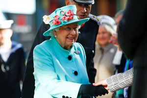 В нежно-голубом: по-королевски роскошный выход Елизаветы II