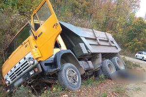 Трагедия на Буковине: водитель выпал из кабины под колеса грузовика