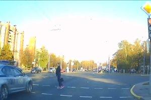 Девушка отказалась уступать дорогу кортежу Лукашенко: видео