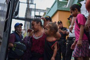 Караван мигрантов из Гондураса пытался прорвать границы, чтобы попасть в США