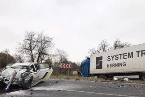 Во Львовской области фура столкнулась с авто полиции: погиб правоохранитель