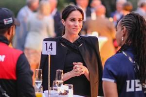 В черном платье-футляре: Меган Маркл пришла на ужин с военными