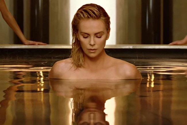 Шарлиз Терон в рекламе J'adore Absolu. Фото: Dior