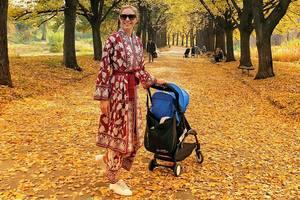 В роскошном халате на фоне листвы: Катя Осадчая показала, как гуляет с сыном