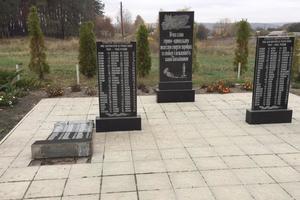 Под Харьковом вандалы разбили мемориал погибшим в годы войны