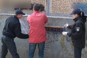 В Запорожье полицейские уничтожили рекламу наркотиков: появились фото и видео