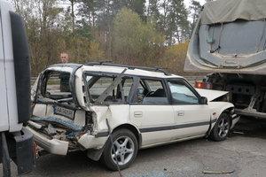 Между двух грузовиков: в Киеве в ДТП пострадала легковушка