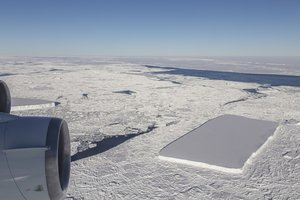 NASA объяснили причину аномальной формы айсберга: фото