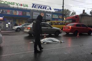 В Днепре водитель грузовика насмерть сбил женщину и скрылся с места аварии