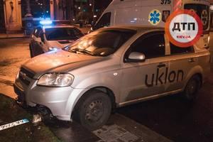 Такси без тормозов снесло клумбу на Бессарабской площади