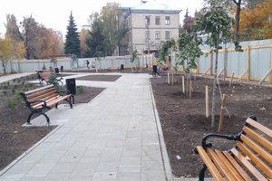 Сквер вместо МАФов: на КПИ высадили деревья и установили лавочки