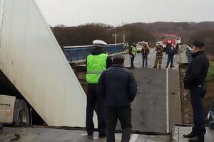 Страшная авария в России: под фурой рухнул мост, есть жертва (фото, видео)