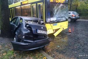 Во Львове водитель BMW влетел в переполненный автобус и сбежал через окно