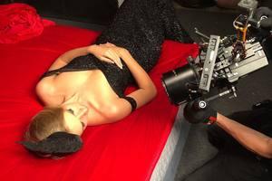 С оголеными плечами на алом покрывале: Катя Осадчая заинтриговала новым снимком