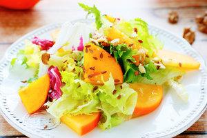 Осенний салат с хурмой, орехами и финиками