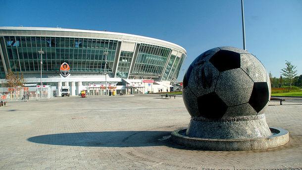 """Гранитный мяч у """"Донбасс Арены"""" / Фото wikipedia.org"""