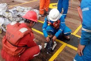 Крушение Boeing 737 в Индонезии: спасатели достают из моря фрагменты тел погибших