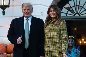 В клечатом пальто и с корзиной конфет: Мелания Трамп раздала сладости в Белом доме