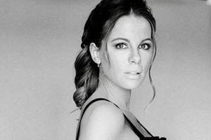 45-летняя Кейт Бекинсэйл показала идеальную растяжку