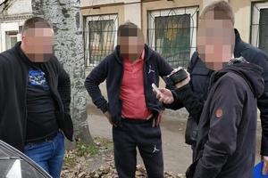 В Запорожье мужчина с удостоверением депутата предлагал взятку сотруднику СБУ