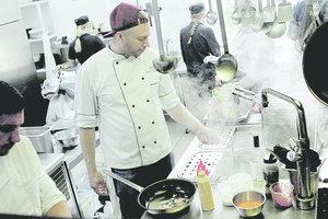 """Закулисье одного из самых дорогих ресторанов Киева: черные мойки, """"чайки"""" и принтер на кухне"""