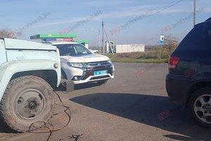 В Бердянске произошло необычное ДТП: машина врезалась в трос, опубликованы фото