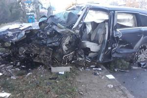 В Черновцах лихач на высокой скорости снес бетонный столб: от машины остались обломки