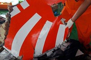 Катастрофа Boeing 737 в Индонезии: спасатели нашли черный ящик самолета