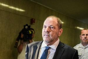 Скандального Вайнштейна обвинили в секс-домогательстве к 16-летней девушке