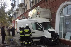 В Херсоне микроавтобус врезался в жилой дом: есть пострадавшие