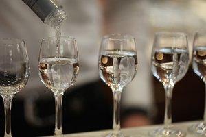 Мягкая и карамельная: В Канаде научились делать водку из молока