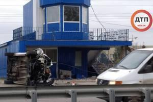 Пробка при выезде из Киева: Citroen на скорости врезался в пост полиции