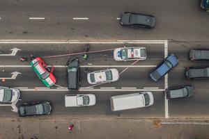 В Киеве на Лобановского Mitsubishi вылетел на тротуар, протаранив три автомобиля