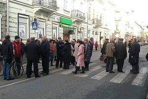 В Тернополе жители заблокировали движение транспорта в знак протеста против новых тарифов