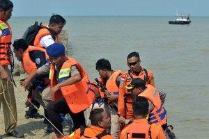 Крушение Boeing 737 в Индонезии: на сушу подняли 105 тел погибших