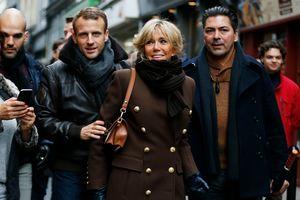 В коричневом пальто Balmain: стильная Брижит Макрон отдохнула в Нормандии