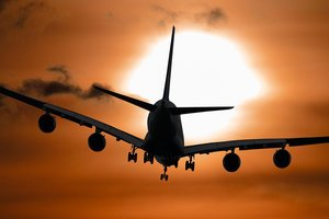 """Сеть озадачил """"зависший в воздухе"""" самолет: интересное видео"""