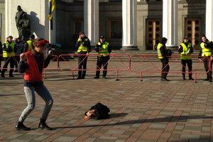 В Киеве девушка устроила танцы под Верховной Радой, видео