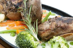 Как приготовить тушеного кролика в сметане с овощами